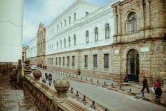 QUITO, ECUADOR NOVIEMBRE, 28, 2017: Opinión al aire libre hermosa la gente no identificada que camina en el centro histórico de v imagen de archivo