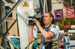 QUITO, ECUADOR - 11. OKTOBER 2017: Schließen Sie oben vom camarographer, welches das ganzes Interview mit den Fans von Ecuador wi Lizenzfreie Stockfotografie