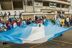 QUITO, ECUADOR - 11. OKTOBER 2017: Schließen Sie oben von Argentinien-Fans, die eine Argentinien-Flagge halten und seinen Beamten Stockbilder
