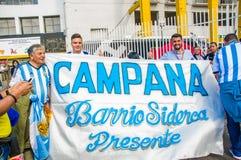 QUITO, ECUADOR - 11. OKTOBER 2017: Schließen Sie oben von Argentinien-Fans, die sein offizielles Fußballhemd tragen und seins stü Stockbild