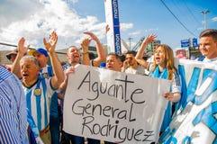 QUITO, ECUADOR - 11. OKTOBER 2017: Schließen Sie oben von Argentinien-Fans, die sein offizielles Fußballhemd tragen und seins stü Lizenzfreie Stockfotos