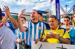 QUITO, ECUADOR - 11. OKTOBER 2017: Schließen Sie oben von Argentinien-Fans, die sein offizielles Fußballhemd tragen und seins stü Lizenzfreies Stockfoto