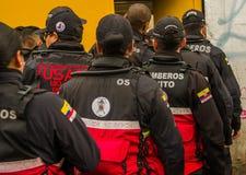 QUITO, ECUADOR - 11. OKTOBER 2017: Schließen Sie oben von der hinteren Ansicht des Frauenschutzgitters am Eingebung des Atahualpa Lizenzfreie Stockbilder