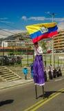 QUITO, ECUADOR - OKTOBER 23, 2017: Sluit omhoog van jonge schoolstudent die een Ecuatoriaanse vlag in zijn handen en het wekken h Royalty-vrije Stock Foto