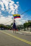 QUITO, ECUADOR - OKTOBER 23, 2017: Sluit omhoog van jonge schoolstudent die een Ecuatoriaanse vlag in zijn handen en het wekken h Stock Afbeelding
