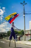 QUITO, ECUADOR - OKTOBER 23, 2017: Sluit omhoog van jonge schoolstudent die een Ecuatoriaanse vlag in zijn handen en het wekken h Royalty-vrije Stock Foto's
