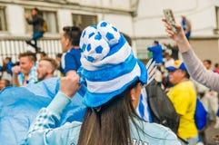 QUITO ECUADOR - OKTOBER 11, 2017: Slut upp av den Argentina kvinnafanen som bär en fotbollhatt och en fotbollskjorta och Royaltyfria Bilder
