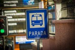 QUITO, ECUADOR - 23 OTTOBRE 2017: Segno informativo della fermata dell'autobus all'aria aperta se la città di Quito, Ecuador Fotografie Stock