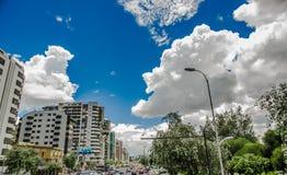 QUITO, ECUADOR - 10. SEPTEMBER 2017: Boulevar im mainstreet in NNUU-Allee mit einigen Gebäuden, Autos und Leuten in Lizenzfreies Stockbild