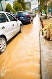 QUITO, ECUADOR - SEPTEMBER 20, 2016: De auto berijdt op een overstroomde weg in Quitostad na een zware regen Stock Afbeeldingen