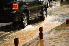 QUITO, ECUADOR - SEPTEMBER 20, 2016: De auto berijdt op een overstroomde weg in Quitostad na een zware regen Stock Foto