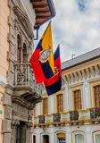 QUITO ECUADOR - SEPTEMBER 10, 2017: Den härliga sikten av koloniala byggnader med ett ecuadorianskt och en Quito sjunker att häng Fotografering för Bildbyråer