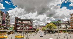 QUITO ECUADOR - SEPTEMBER 10, 2017: Härlig sikt av den mariscal fochplazaen med några byggnader, bilar och personer i Royaltyfri Foto