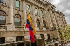 QUITO ECUADOR - SEPTEMBER 10, 2017: Härlig sikt av koloniala byggnader med en ecuadoriansk flagga som hänger från Arkivfoto
