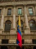 QUITO ECUADOR - SEPTEMBER 10, 2017: Härlig sikt av koloniala byggnader med en ecuadoriansk flagga som hänger från Royaltyfri Bild