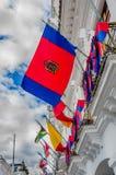 QUITO ECUADOR - SEPTEMBER 10, 2017: Härlig sikt av koloniala byggnader med många flaggor som hänger från balkongen Royaltyfri Foto