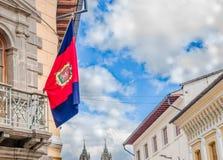 QUITO ECUADOR - SEPTEMBER 10, 2017: Härlig sikt av koloniala byggnader med Quitoflaggan som hänger från balkongen Arkivbild