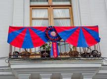 QUITO ECUADOR - SEPTEMBER 10, 2017: Härlig sikt av koloniala byggnader med Quitoflaggan som hänger från balkongen Royaltyfri Fotografi