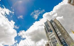 QUITO ECUADOR - SEPTEMBER 10, 2017: Härlig solig dag med en blå himmel, med några byggnader i staden av Quito Arkivbild