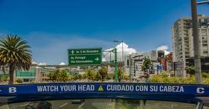 QUITO, ECUADOR - SEPTEMBER 10, 2017: Informatief teken in boulevar in mainstreet in NNUU-weg met sommige gebouwen, auto's Stock Afbeelding