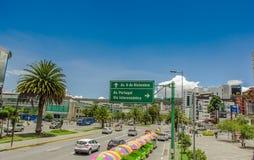 QUITO, ECUADOR - 10. SEPTEMBER 2017: Informativ unterzeichnen Sie herein boulevar im mainstreet in NNUU-Allee mit etwas Gebäuden, Lizenzfreies Stockfoto