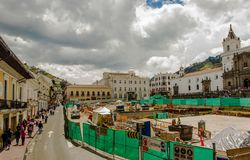 QUITO, ECUADOR - SEPTEMBER 10, 2017: Mooie mening van historische plaats van Plein DE Santo Domingo Quito Ecuador South Royalty-vrije Stock Afbeelding