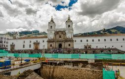 QUITO, ECUADOR - 10. SEPTEMBER 2017: Schöne Ansicht des historischen Ortes Piazzades Santo Domingo Quito Ecuador South lizenzfreie stockfotografie