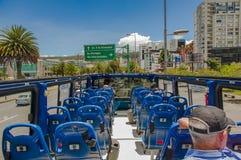 QUITO, ECUADOR - 10. SEPTEMBER 2017: Schöne Ansicht vom touristischen Bus um verschiedene touristische Plätze in der Stadt von Stockfotografie