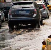 QUITO, ECUADOR - SEPTEMBER 20, 2016: Sluit omhoog van dure auto's die op een overstroomde weg in Quitostad berijden na zwaar Stock Afbeelding