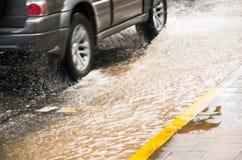 QUITO, ECUADOR - SEPTEMBER 20, 2016: Sluit omhoog van een auto die op een overstroomde weg in Quitostad berijden Royalty-vrije Stock Foto