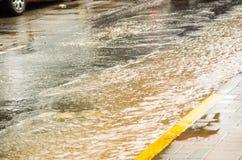QUITO, ECUADOR - SEPTEMBER 20, 2016: Sluit omhoog van een overstroomde weg in Quitostad na een zware regen Stock Afbeeldingen
