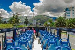 QUITO ECUADOR - SEPTEMBER 10, 2017: Unidentifed folk som tycker om den härliga sikten från den touristic bussen runt om olikt Royaltyfria Foton