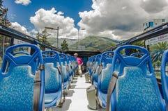 QUITO ECUADOR - SEPTEMBER 10, 2017: Unidentifed folk som tycker om den härliga sikten från den touristic bussen runt om olikt Arkivfoto
