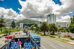 QUITO ECUADOR - SEPTEMBER 10, 2017: Unidentifed folk som tycker om den härliga sikten från den touristic bussen runt om olikt Fotografering för Bildbyråer