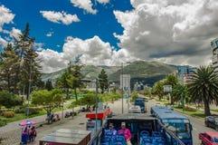 QUITO ECUADOR - SEPTEMBER 10, 2017: Unidentifed folk som tycker om den härliga sikten från den touristic bussen runt om olikt Royaltyfri Fotografi