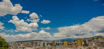QUITO, ECUADOR - 10 SETTEMBRE 2017: Vista panoramica della città di Quito in un bello giorno soleggiato nella città di Quito Fotografie Stock