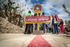 Quito Ecuador - 15th Augusti 2015 - den berömda Ecuador linjen markering uppdelningen mellan den södra och norr halvklotet i Quit Royaltyfri Foto