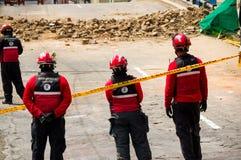Quito Ekwador, Grudzień, - 09, 2016: Niezidentyfikowana grupa szczęśliwa strażaka ` s drużyna z wyposażeniem w ulicach Obrazy Royalty Free