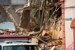 Quito Ekwador, Grudzień, - 09, 2016: Niezidentyfikowani firemans w całkowicie rujnującym ceglanym domu w Quito mieście Zdjęcia Stock