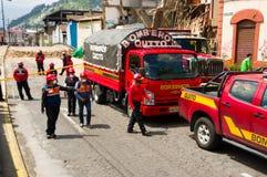 Quito Ekwador, Grudzień, - 09, 2016: Pożarniczy samochodu i samochodu strażackiego parking w brukujących streetss Quito Zdjęcia Stock
