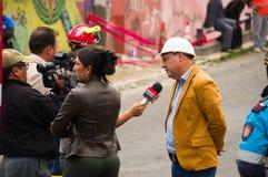 Quito Ekwador, Grudzień, - 09, 2016: Przeprowadzać wywiad niezidentyfikowanego polityka na prasie Obrazy Stock