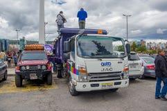 Quito Ekwador, Kwiecień, -, 17, 2016: Ciężarowy przewożenie pomocy ofiarom klęsk jedzenie, odziewa, medycyny i wody darowizny dla Obraz Stock