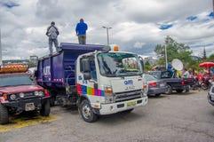 Quito Ekwador, Kwiecień, -, 17, 2016: Ciężarowy przewożenie pomocy ofiarom klęsk jedzenie, odziewa, medycyny i wody darowizny dla Obrazy Royalty Free