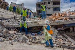Quito Ekwador, Kwiecień, -, 17, 2016: Mieści zniszczonego trzęsieniem ziemi z ratownikami w południowej części miasto Obrazy Royalty Free