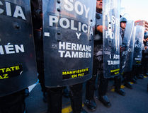 Quito Ekwador, Kwiecień, - 7, 2016: Milicyjny oczekuje przegapia pokojowy anty podatku marsz w Shyris alei, piękny niebieskie nie Zdjęcie Royalty Free