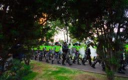 Quito Ekwador, Kwiecień, - 7, 2016: Milicyjny oczekuje przegapia pokojowy anty podatku marsz w Shyris alei, piękny niebieskie nie Fotografia Royalty Free