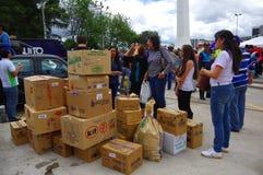 Quito Ekwador, Kwiecień, -, 17, 2016: Niezidentyfikowani mieszkanowie providing pomocy ofiarom klęsk jedzenie Quito, odziewają, m Obrazy Royalty Free