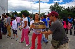 Quito Ekwador, Kwiecień, -, 17, 2016: Niezidentyfikowani mieszkanowie providing pomocy ofiarom klęsk jedzenie Quito, odziewają, m Zdjęcia Stock