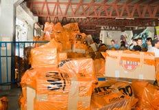 Quito Ekwador, Kwiecień, -, 23, 2016: Niezidentyfikowani mieszkanowie providing pomocy ofiarom klęsk jedzenie Quito, odziewają, m Zdjęcie Royalty Free