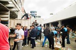 Quito Ekwador, Kwiecień, -, 23, 2016: Niezidentyfikowani mieszkanowie providing pomocy ofiarom klęsk jedzenie Quito, odziewają, m Obrazy Royalty Free